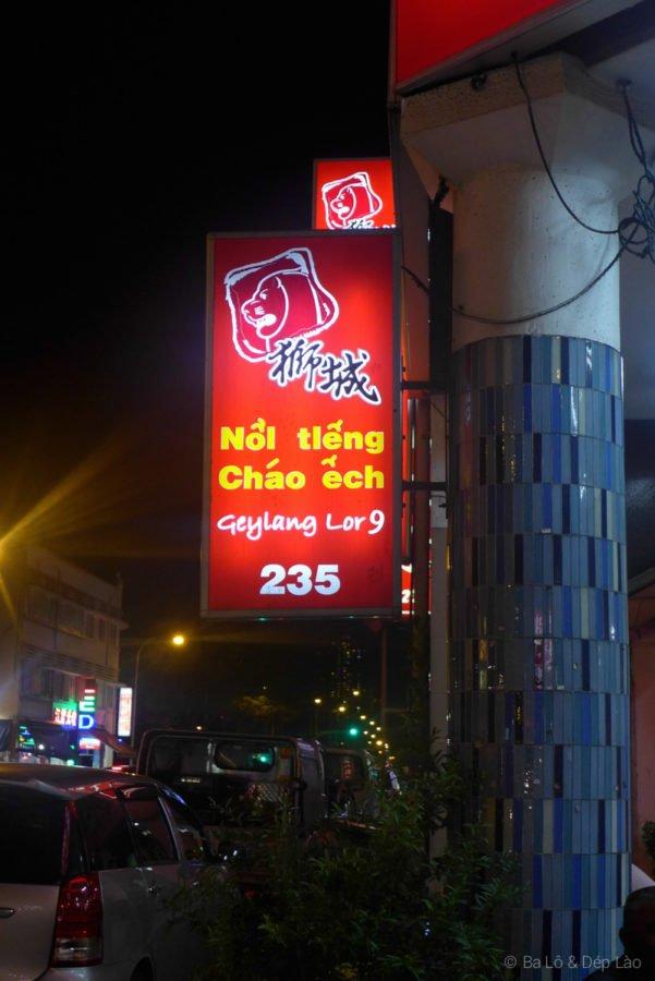 Bảng quảng cáo cháo ếch bằng tiếng Việt luôn