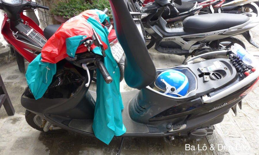 Áo mưa đi kèm rất tiện để vi vu trong những cơn mưa phùn bất chợt ở Đà Lạt