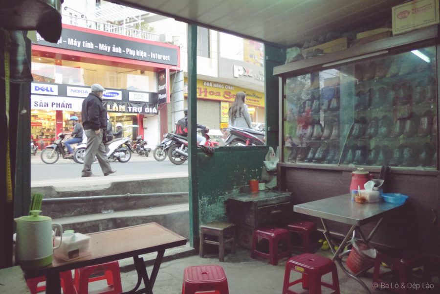 Tiệm bánh căn cũng là tiệm đóng giày từ lâu đời