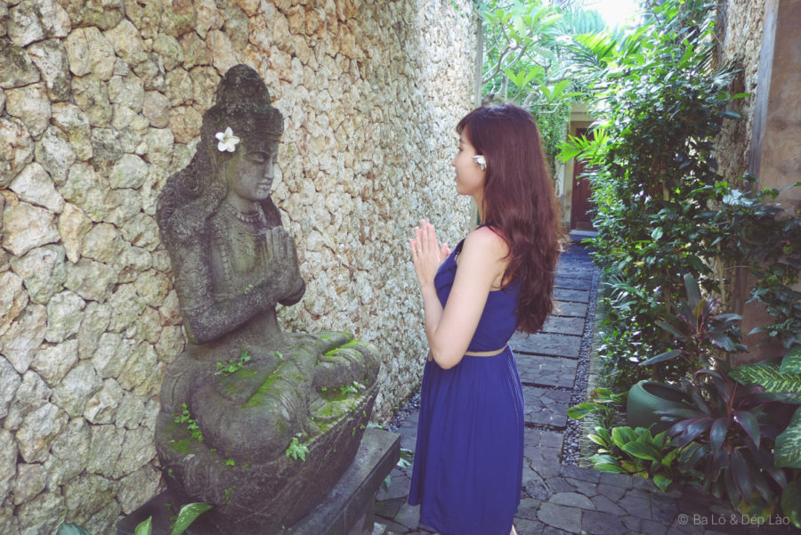 Dép Lào bên tượng thần