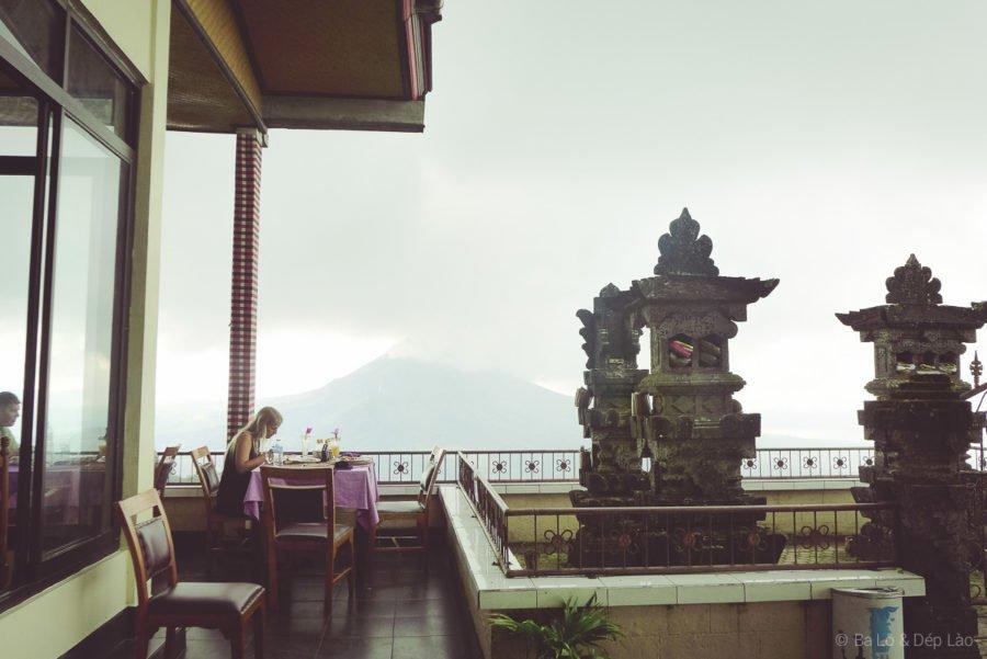 View từ nhà hàng mình dùng bữa hướng thẳng ra núi lửa