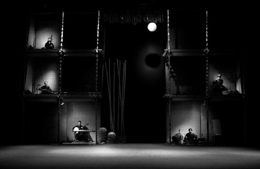 Những nhạc công chơi nhạc cụ dân gian ngay trên sân khấu