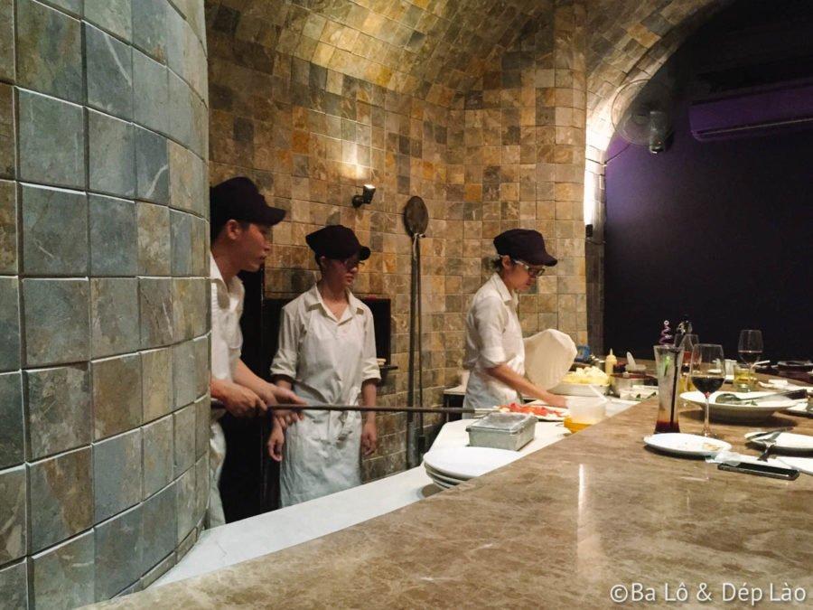 Vị trí bàn ăn thật tuyệt. Mình có thể quan sát ngay từng thao tác của đầu bếp.