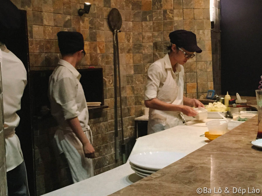 Phô mai dẻo được ngắt ra rải đầy mặt bánh.