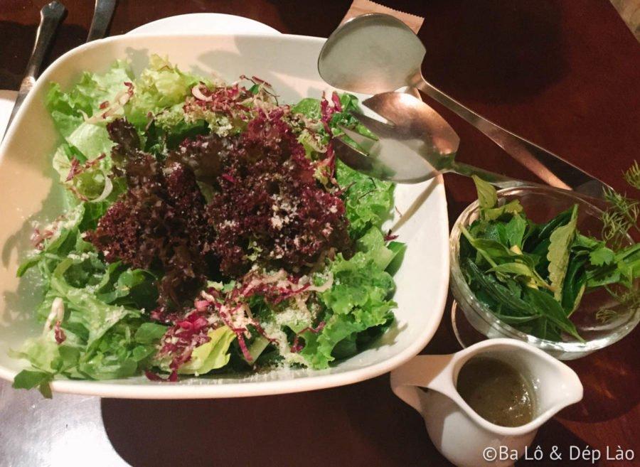 Green Salad với nước sốt mật ong mù tạt cực kì ngon .