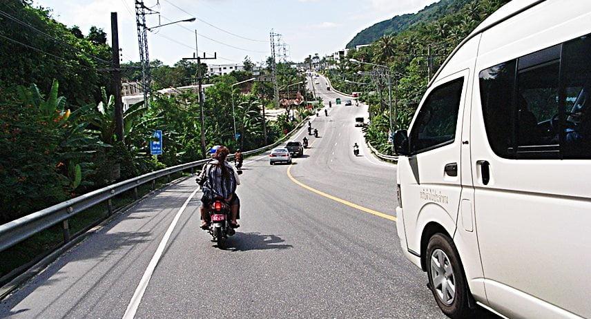 Minivan vừa rẻ vừa tiện lợi khi di chuyển từ sân bay đến trung tâm Phuket
