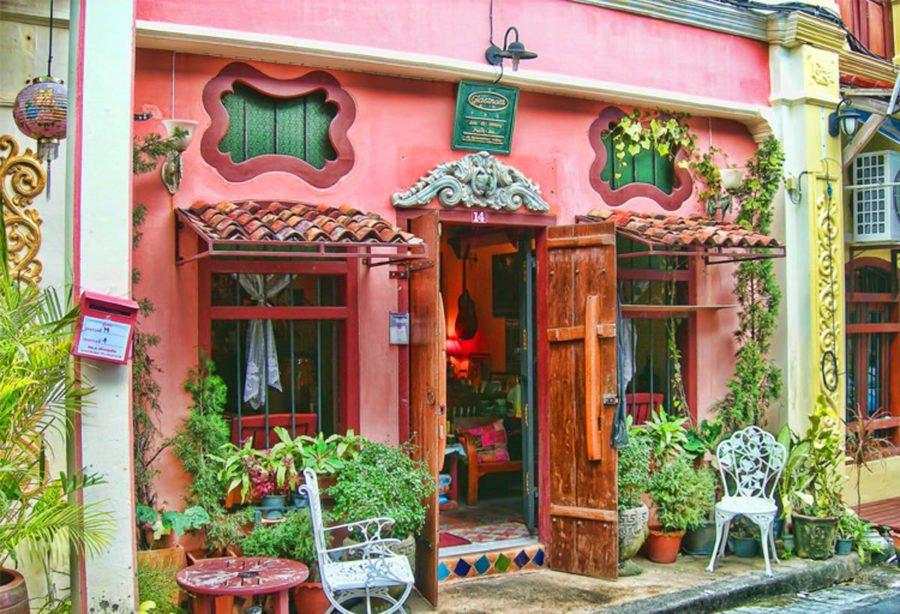 Một shop quà lưu niệm nhỏ xinh tại phố cổ Phuket. Đáng yêu quá <3