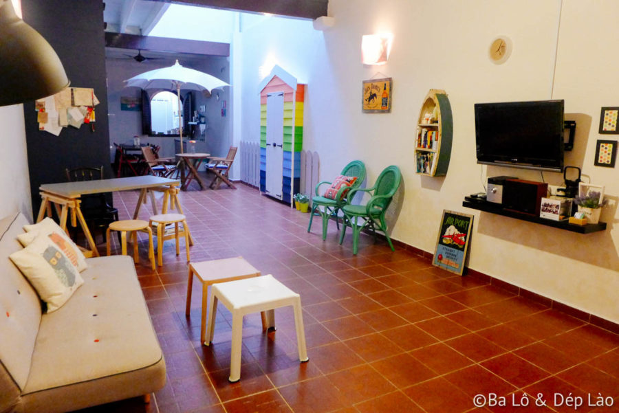 Phòng khách và nhà bếp được trang trí tươi sáng, với nhiều màu sắc và vật dụng đáng yêu