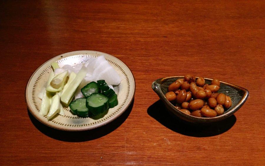 Hai món ăn kèm kiểu Đài Loan được dọn lên trong khi chờ các món ăn chính