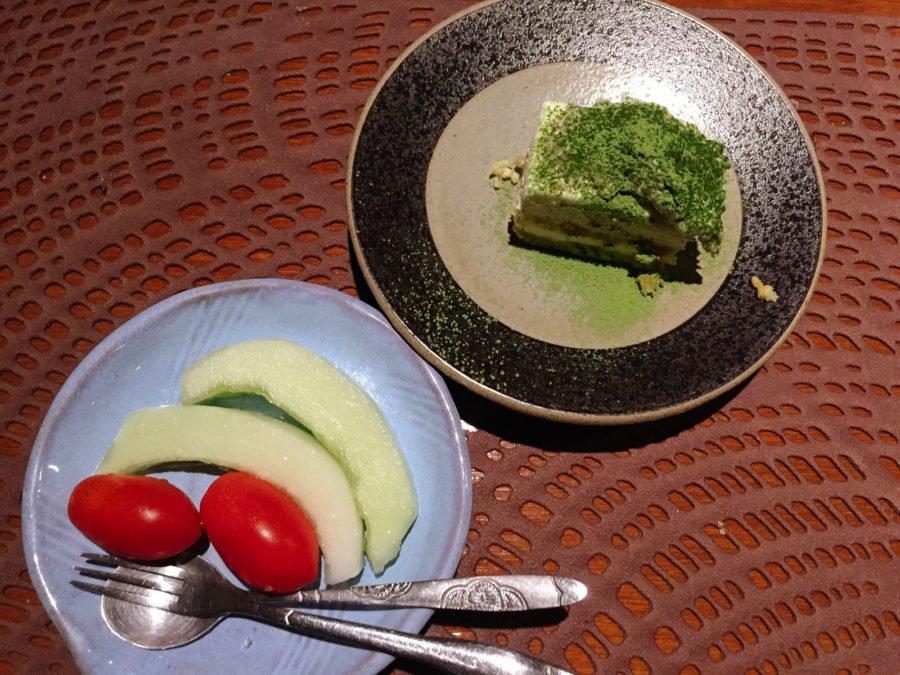 Bữa tối hoành tráng được khép lại một cách giản dị với dĩa trái cây (cà chua bi + dưa gang) và tiramisu trà xanh.