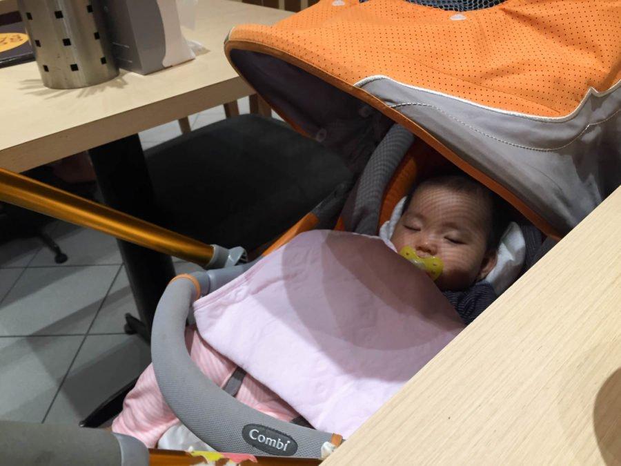 Cảnh tượng quen thuộc khi đi chơi Aeon với ba mẹ :))