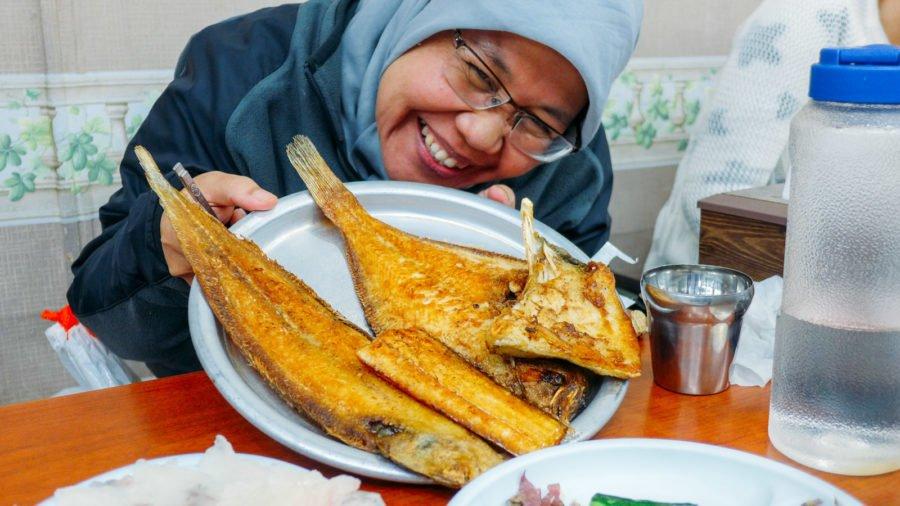 Tiếp theo là dĩa cá chiên. Cô bạn người Indo rất là hứng thú :)