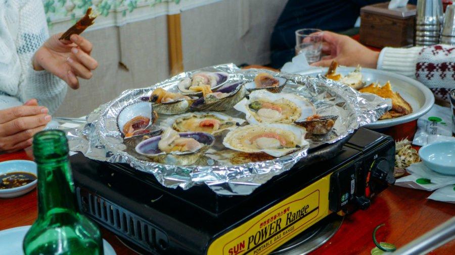 Các món sò được nướng trên giấy bạc