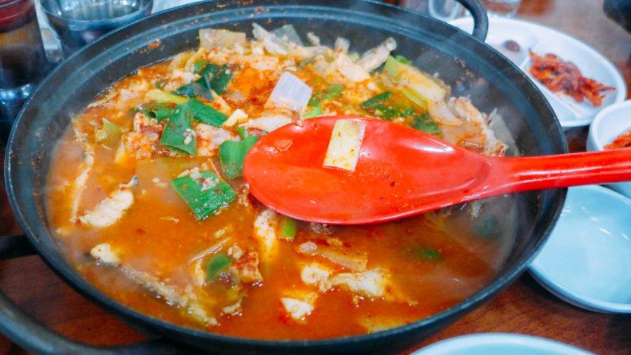 Các miếng xương cá được nấu thành canh kim chi